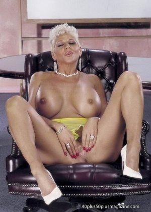 Сисястая матюрка сексуально показывает свое знойное тело - фото 13