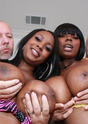 Две негритянки с крупными формами тела и два белых хуя - фото 14