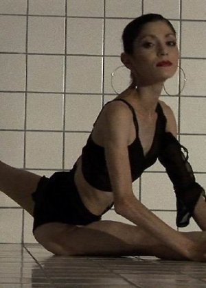 Худая балерина демонстрирует свою гибкость - фото 12