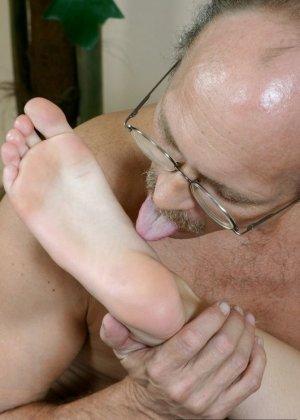 Пожилой мужчина полизал ноги у молодой девки, а она потрогала его маленький пенис своими ступнями - фото 1