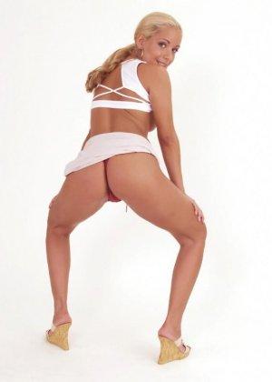 Блондинка эротично приспускает трусики - фото 14