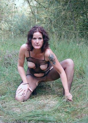 Пожилая женщина мастурбирует в лесу - фото 4