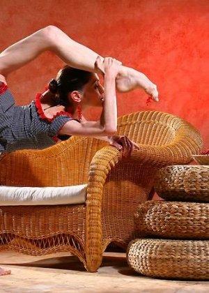 Худая балерина демонстрирует свою гибкость - фото 6