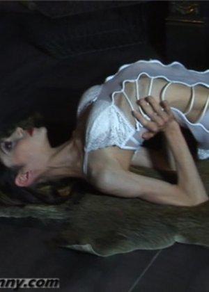 Гибкая тощая девка выполняет различные па - фото 14