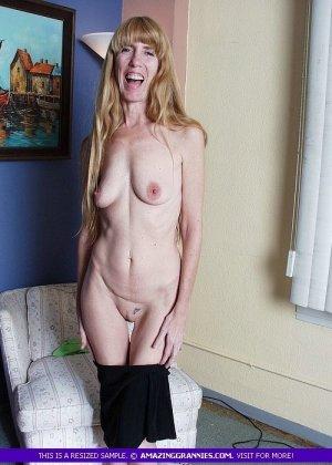 Зрелая дамочка показывает свое тело – она немного стесняется, но всё-таки забывает о своих недостатках - фото 2
