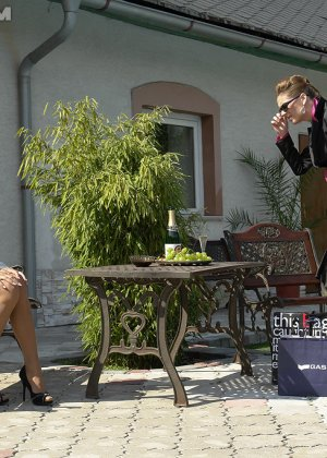 Одетые женщины обливались шампанским во дворе дома - фото 7