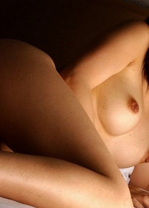 У азиатки Майко Казано аппетитные натуральные форы груди и волосатая пизда, так и хочется зарыться в этот шелк пальцами - фото 7