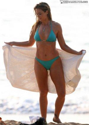 Дэнис Ричардс – красивая модель, которая показывает свое тело в бикини, не замечая фотографов - фото 2