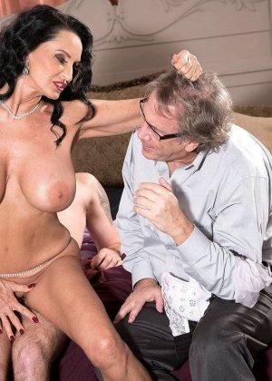 Женщина ебется с молодым любовником в зад, на глазах изумленного мужа - фото 2