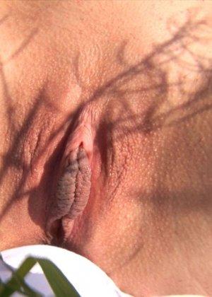 Кристина на свежем воздухе и в высокой траве показывает бритую вагину и узкую анальную дырку крупным планом - фото 14