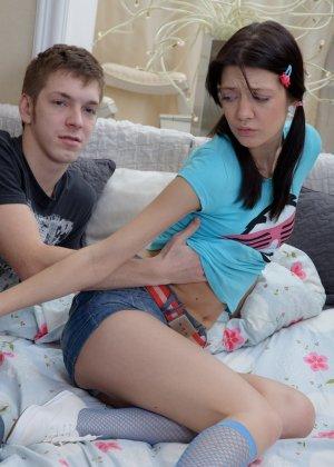 Парень предлагает подруге алкоголь, она расслабляется и подставляет свой анус для первого анального секса, порево будет незабываемым - фото 11