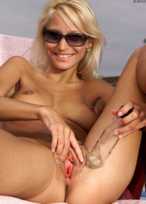 Загорая у бассейна худая блондинка трахнула себя бутылочкой - фото 6