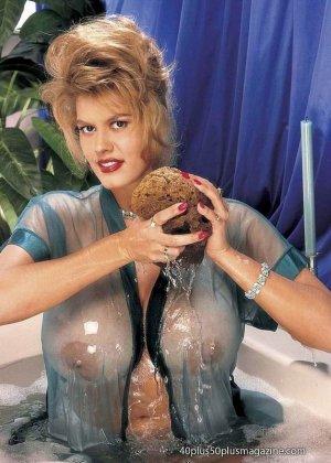 Пухлая зрелая домохозяйка в чулках забирается в ванну, ее одежда мокрая, но ее это не смущает, она играет со своими большими буферами - фото 11