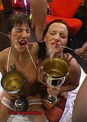 Две развратные брюнетки принимают на себя фонтаны мочи и спермы, ублажая множество мужчин - фото 4