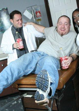 Мужчины вызвали в офис толстозадую негритянку и трахнули ее на столе - фото 3