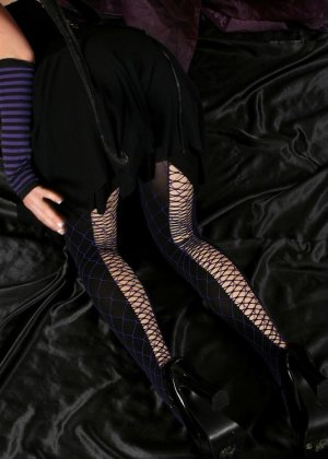 По тупому накрашенная девушка сексуально показывает пизду и попку - фото 15