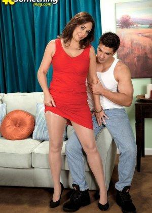 Зрелая дамочка соблазняет молодого парня, а он показывает ей класс в анальном сексе и не только - фото 8