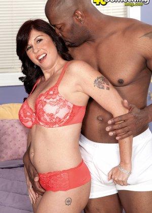 Пышная дамочка развлекается с темнокожим мужчиной, соблазняя его своими формами и темпераментом - фото 14