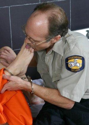 Дала полизать ноги надзирателю за сигарету - фото 11