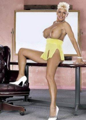 Сисястая матюрка сексуально показывает свое знойное тело - фото 8