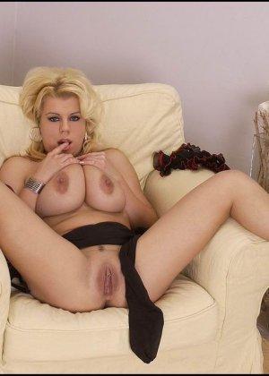 Сисястая блондинка хочет раздеться, она снимает белье и даже чулки, чтобы остаться полностью голой - фото 7