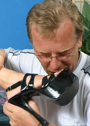 Мужчина лизал туфли, а затем сняв их, пальцы ног зрелой латины - фото 7