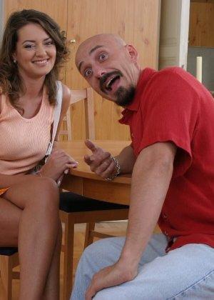 Мужику нравится секс с невестами, он просит проститутку надеть фату, затем имеет ее в жопу после пизды - фото 8