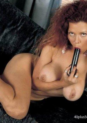 Грудастая женщина с рыжими волосами, садится пиздой на самотык - фото 6