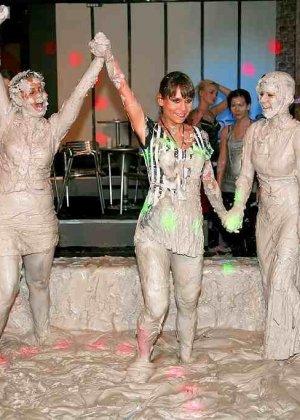 Взрослые женщины борются в грязи, даже не снимают одежду, поэтому и остаются грязными - фото 5