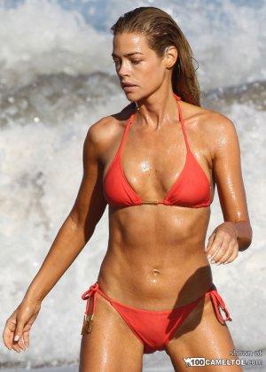 Дэнис Ричардс – красивая модель, которая показывает свое тело в бикини, не замечая фотографов - фото 5