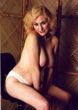 Пожилая грудастая блондинка раздевается до гола, иногда сжимая свои сиськи - фото 3