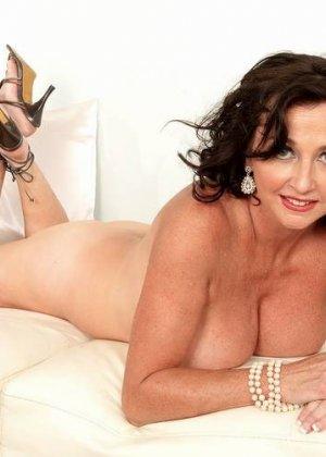 Соло Синди Стар,  зрелая домохозяйка с большими сиськами крутит свои тугие соски и ложится на белый диван - фото 5