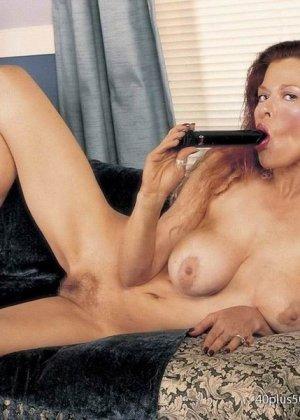 Грудастая женщина с рыжими волосами, садится пиздой на самотык - фото 1