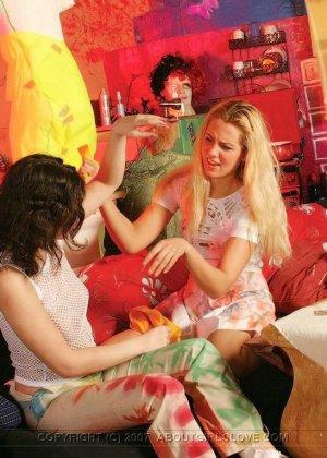 Неординарные девушки лесбиянки целуются и трутся обнаженными телами, выставляя напоказ бритые вагины - фото 11