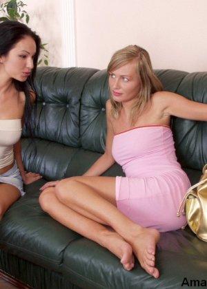 Две молоденькие сучки устраивают лесбийские игры, показывая всю свою сексуальность перед камерой - фото 14