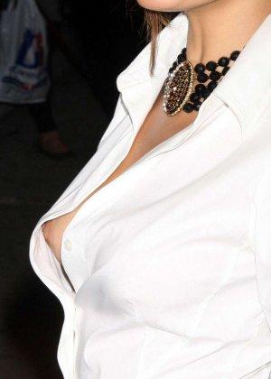 Знаменитость Ека Мендес не носит лифчика под блузкой и снимается в откровенных сценах фильмов - фото 3