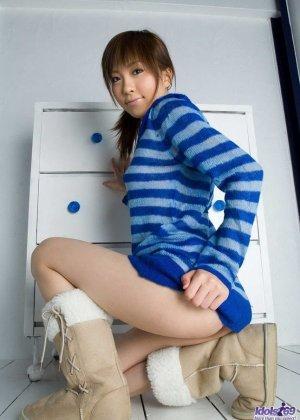 Худющая азиатка Рин Сакураги дразнит своей волосатой вагиной, даже не снимая трусов телка может рассчитывать на внимание - фото 3