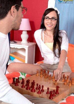 Брюнетка Роксана Рей за игрой в шахматы не заметила, как возбудилась и дала себя раздеть, красотка трахается раком и сверху - фото 12