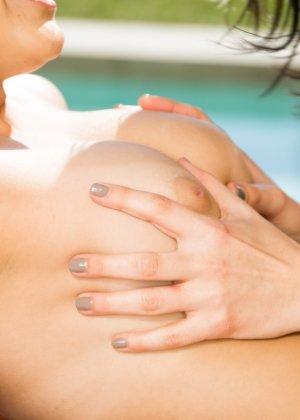 Джелена Дженсен пришла на сеанс массажа, девушка с умелыми руками оказалась настоящей искусницей, она не только поласкала кожу, но и трахнула клиентку - фото 14