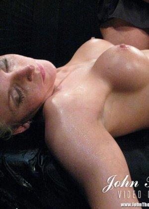 Надзиратели в тюрьме трахают телку в жопу и толпой ссут на нее, она пьет мочу мужиков а в конце лишается чувств - фото 8