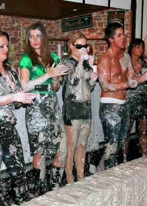 Взрослые женщины борются в грязи, даже не снимают одежду, поэтому и остаются грязными - фото 3