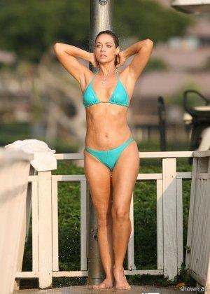 Дэнис Ричардс – красивая модель, которая показывает свое тело в бикини, не замечая фотографов - фото 11