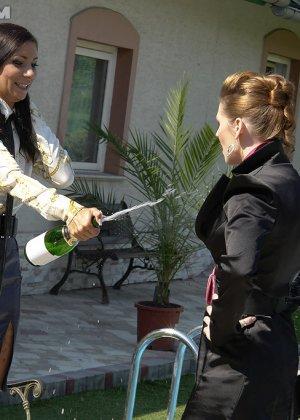 Одетые женщины обливались шампанским во дворе дома - фото 13