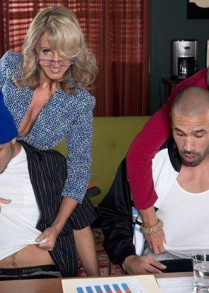Ради подписания контракта две бизнес леди были готовы трахнуться с двумя мужчинами, но мужчины не очень их хотели - фото 12