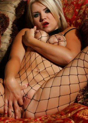 Сексуальная блондинка в сетке на всем теле демонстрирует свою красивую фигурку и балуясь с собой - фото 4