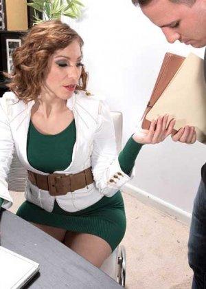 Начальница Бренди Минкс хочет трахаться, ее сотрудику приходится вытащить член из штанов и поработать им в горячей пизде телки - фото 5
