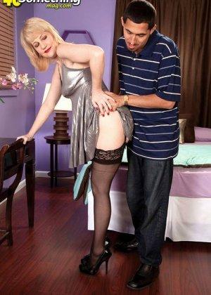 Зрелая блондинка приласкала соседа, который пришел после работы, мужчина очень устал, но от секса не отказался - фото 8