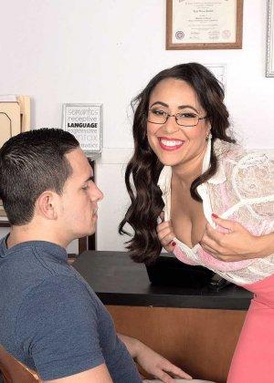 Зрелая пухлая женщина Габриэлла в порно, мильф трахается с сотрудником в офисе, у нее большая красивая задница - фото 4