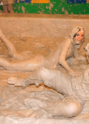 Девки занимаются борьбой в грязи - фото 12