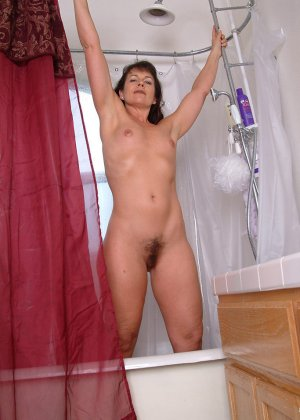 Зрелая женщина постепенно раздевается и показывает свое тело перед всеми, кто хочет ее рассмотреть - фото 2